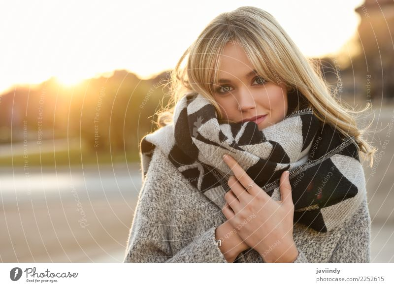 Junge blonde Frau im städtischen Hintergrund bei Sonnenuntergang schön Haare & Frisuren Gesicht Winter Mensch feminin Junge Frau Jugendliche Erwachsene 1