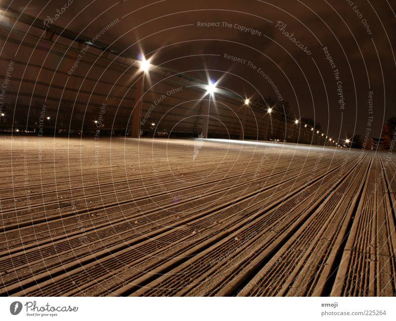 Night in Paris I dunkel Holz braun Brücke Boden Streifen Geländer Straßenbeleuchtung gestreift Froschperspektive Brückengeländer