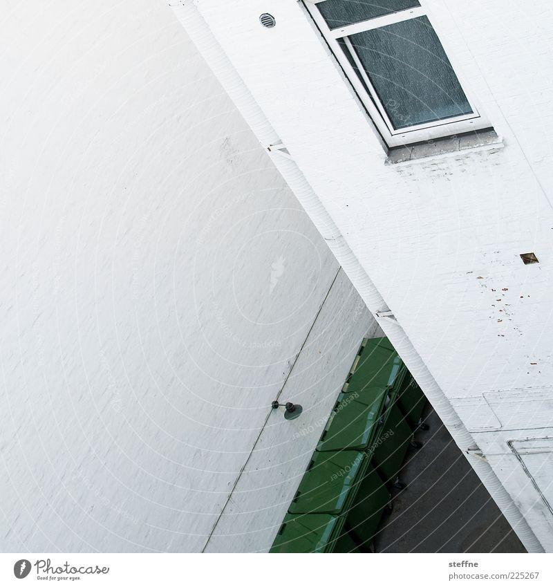 verwinkelt Haus Mauer Wand Fenster Innenhof Müllbehälter weiß Farbfoto abstrakt Muster Strukturen & Formen Textfreiraum links Tag Ecke Fassade Menschenleer