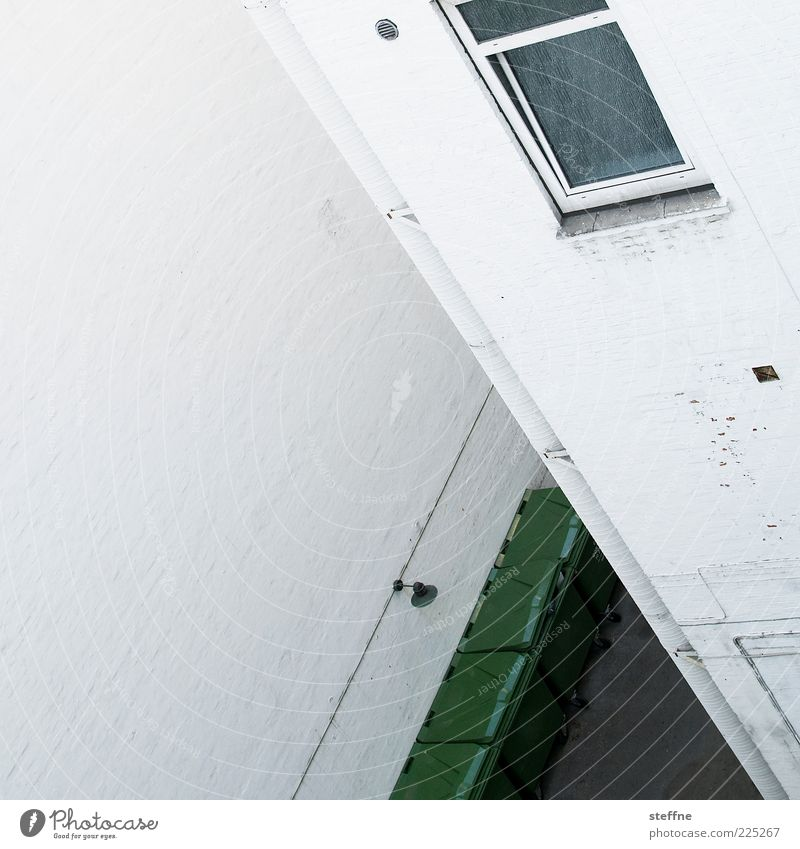 verwinkelt weiß Haus Wand Fenster Mauer Fassade Ecke Müllbehälter Innenhof