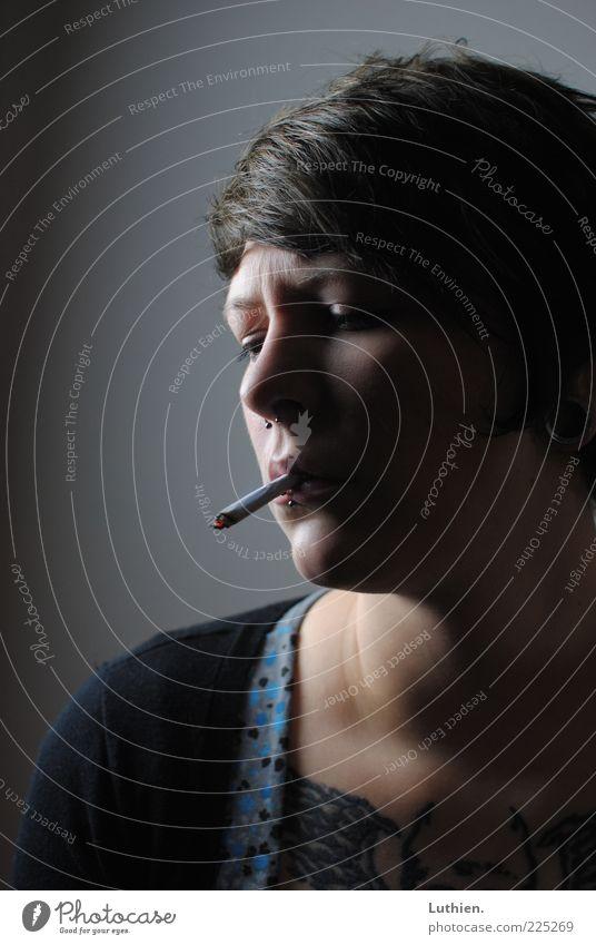 blauer Dunst Frau Mensch Jugendliche Gesicht dunkel feminin Kopf Traurigkeit Erwachsene dreckig gefährlich Rauchen Falte Zigarette Rauschmittel