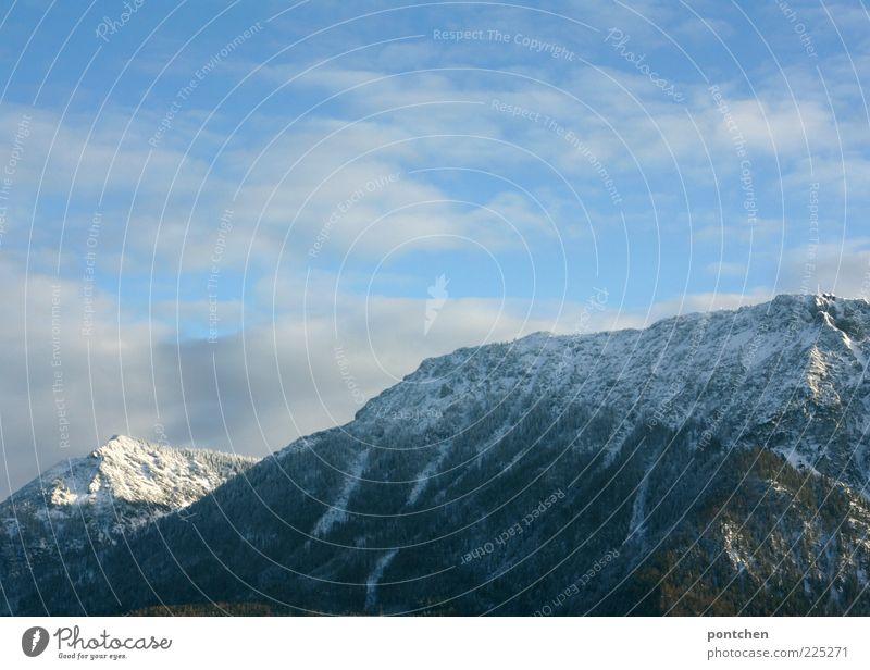 Blick auf die bayerischen Berge vor Wolken und Himmel Ausflug Winter Schnee Berge u. Gebirge Felsen Schneebedeckte Gipfel blau Freiheit beeindruckend Farbfoto