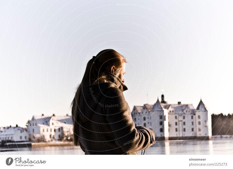 Lost in Translation Mensch Jugendliche weiß ruhig schwarz feminin Landschaft ästhetisch Burg oder Schloss Wahrzeichen Schönes Wetter Tourist Sightseeing Bekanntheit Sehenswürdigkeit Junge Frau