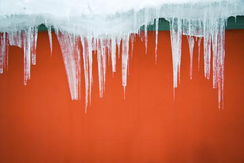 Heiß & Kalt rot Winter kalt Wand orange Eis Fassade Frost Spitze gefroren Eiszapfen schmelzen