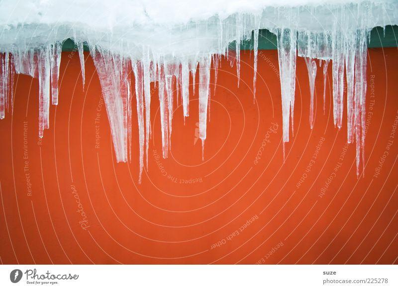 Heiß & Kalt Winter Eis Frost Fassade kalt Spitze rot Eiszapfen Wand gefroren schmelzen Farbfoto mehrfarbig Außenaufnahme abstrakt Strukturen & Formen