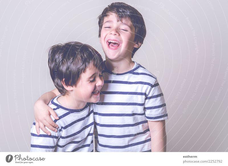lächelnde Brüder Kind Mensch Freude Lifestyle Liebe lustig Gefühle Familie & Verwandtschaft lachen Junge Spielen Zusammensein Freundschaft maskulin Kindheit