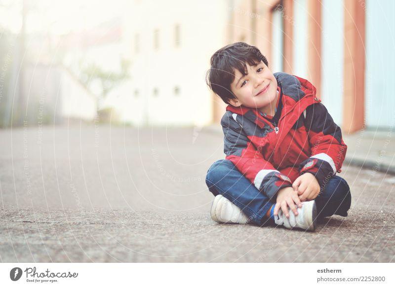 Glücklicher Junge, der auf dem Boden sitzt Lifestyle Freude Mensch maskulin Kind Baby Kleinkind Kindheit 1 3-8 Jahre Fitness Lächeln lachen sitzen