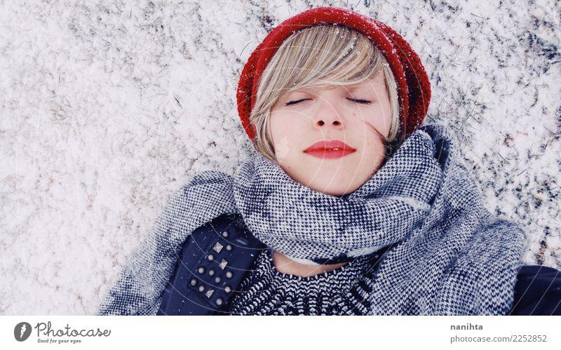 Mensch Jugendliche Weihnachten & Advent Junge Frau schön Erholung Winter 18-30 Jahre Erwachsene Lifestyle kalt Schnee feminin Stil Schneefall träumen