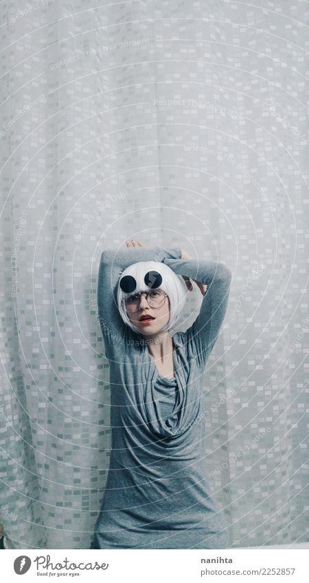 Junge und seltsame Frau, die wie ein Modell aufwirft elegant Stil Design Mensch feminin Junge Frau Jugendliche 1 18-30 Jahre Erwachsene Kleid Brille