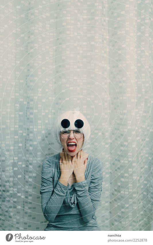 Junge Frau mit weißem Haar schreit Mensch Jugendliche 18-30 Jahre Erwachsene Lifestyle feminin Stil Haare & Frisuren grau retro modern Coolness Brille berühren