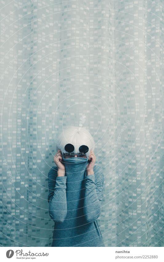 Junge mysteriöse Person, die durch ein T-Shirt bedeckt Design Mensch androgyn Junge Frau Jugendliche 1 18-30 Jahre Erwachsene Brille Sonnenbrille weißhaarig