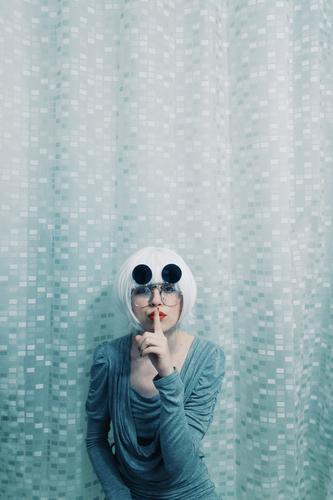 Junge und seltsame Frau, die um Ruhe bittet Mensch Jugendliche Junge Frau weiß 18-30 Jahre Erwachsene feminin Stil Haare & Frisuren grau Design Kommunizieren