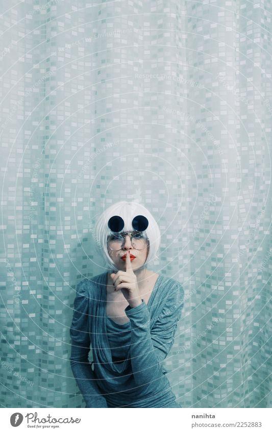 Junge und seltsame Frau, die um Ruhe bittet Stil Design Haare & Frisuren Mensch feminin Junge Frau Jugendliche 1 18-30 Jahre Erwachsene Kleid Brille