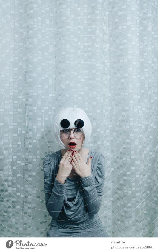 Seltsame Frau mit weißem Haar und überraschtem Ausdruck Stil exotisch Tapete Mensch feminin Junge Frau Jugendliche 1 18-30 Jahre Erwachsene Kleid Brille