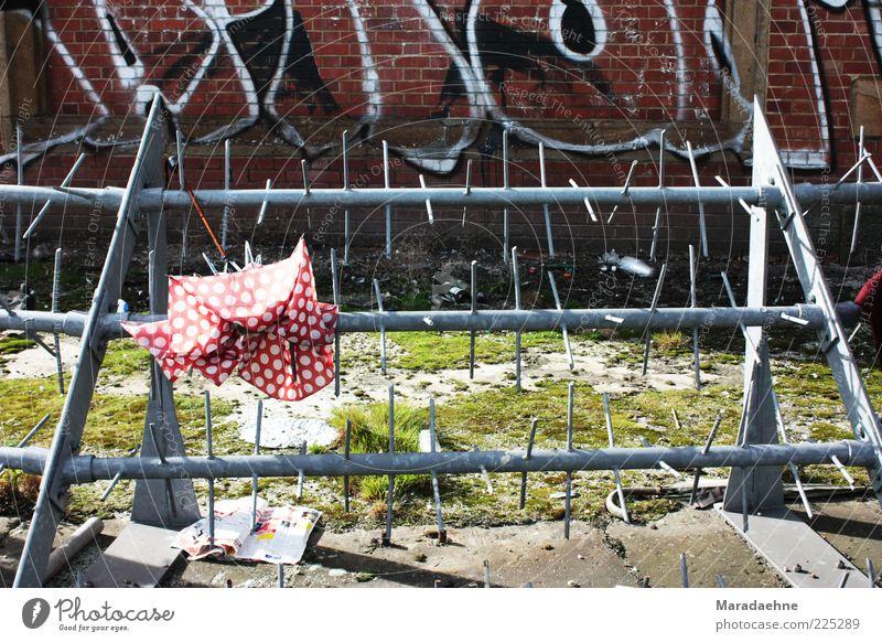 Umbrella-ella-ella-e-e-e Wand Traurigkeit Graffiti Mauer außergewöhnlich Metall dreckig Schriftzeichen Spitze Armut Vergänglichkeit Zeichen Brücke Regenschirm Verfall Müll