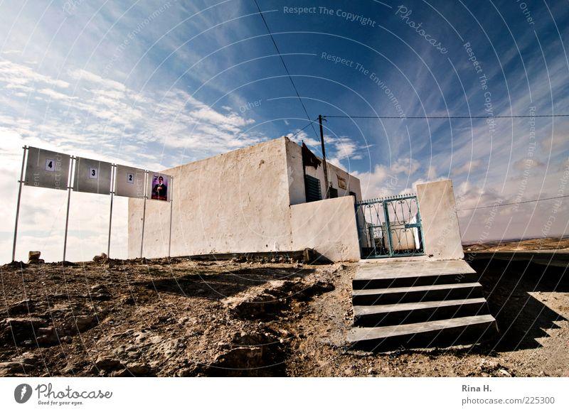 Nr. 1 ?oder die letzten Stunden einer Diktatur ? Himmel weiß blau Wolken Haus Freiheit Gefühle Gebäude Schilder & Markierungen Treppe Fahne Gewalt