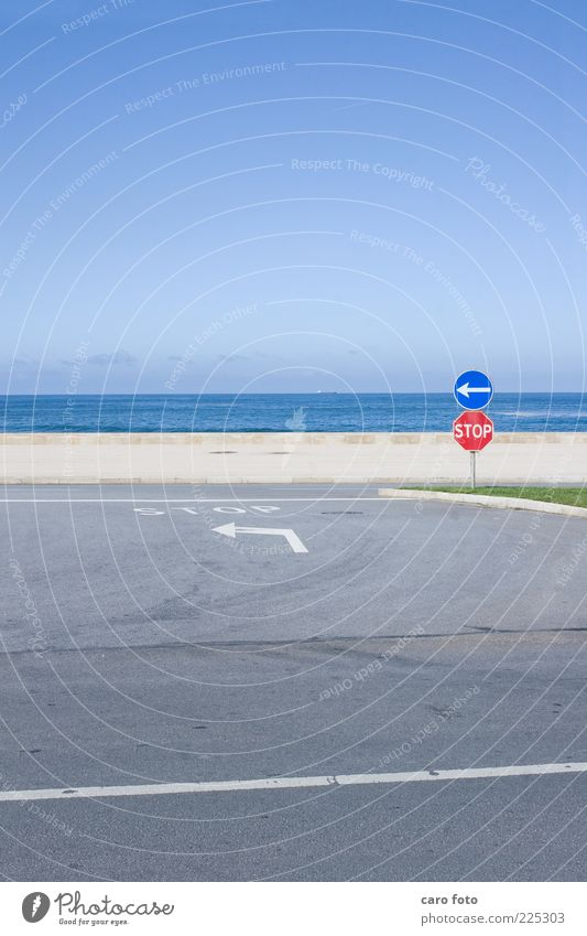 Stop Ferien & Urlaub & Reisen Sommer Meer Straße Straßenkreuzung Wegkreuzung Verkehrszeichen Verkehrsschild Pfeil einfach blau grau rot Himmel Stoppschild