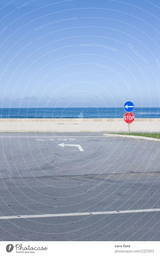 Stop Himmel blau rot Sommer Ferien & Urlaub & Reisen Meer Straße grau einfach Pfeil links Straßenkreuzung Wegkreuzung Verkehrsschild Verkehrszeichen