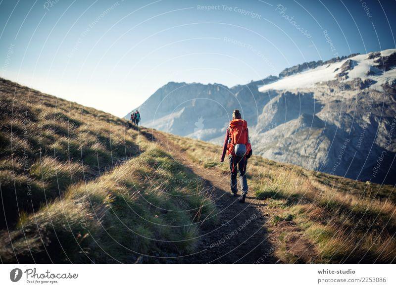 Der einsame Wanderer Frau Erwachsene wandern Marmolata Dolomiten Wege & Pfade Einsamkeit Lebenslauf Rucksack Rucksacktourismus Rucksackurlaub Fußweg gehen