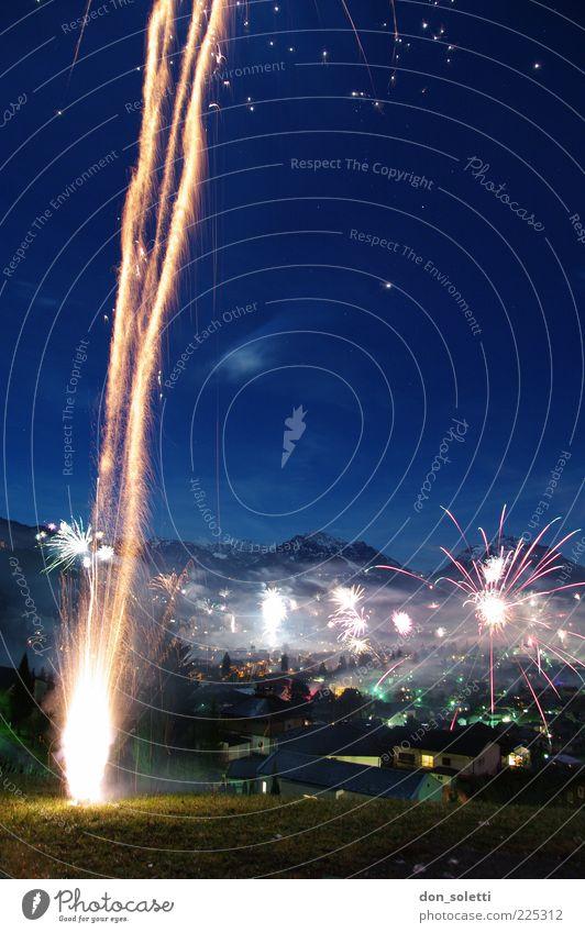 Alpenraketen I Feuer Luft Wolkenloser Himmel Nachthimmel Linie blau gelb gold Außenaufnahme Textfreiraum rechts Lichterscheinung Langzeitbelichtung Feuerwerk