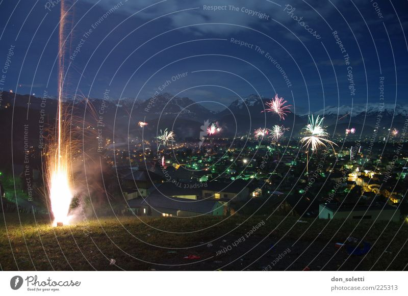 Alpenraketen II Himmel dunkel Berge u. Gebirge Landschaft Luft Lampe Feuer Hoffnung Hügel Silvester u. Neujahr Feuerwerk Wolkenloser Himmel Pyrotechnik