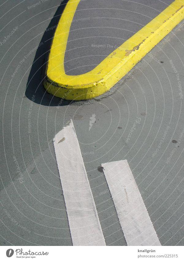 Annäherung Parkhaus Verkehrswege Straßenverkehr Verkehrsinsel Zeichen Schilder & Markierungen gelb grau weiß Ordnung Sicherheit Wege & Pfade Asphalt Trennlinie