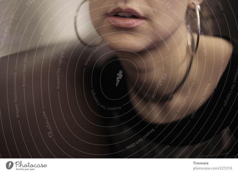Lippenbekenntnisse Jugendliche schön feminin Erwachsene träumen braun Zusammensein Lippen Sehnsucht Schmuck Leidenschaft 18-30 Jahre Hals Halskette Junge Frau Begierde