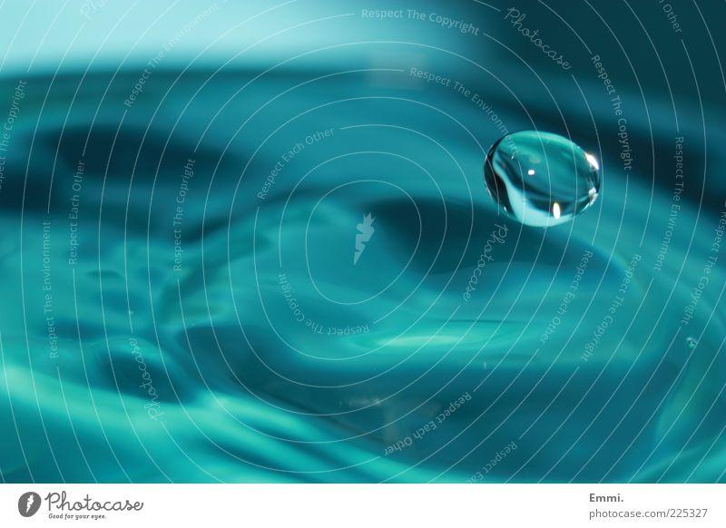 schweben Wasser blau Bewegung Wassertropfen fliegen Energie Tropfen weich fallen Schweben sanft
