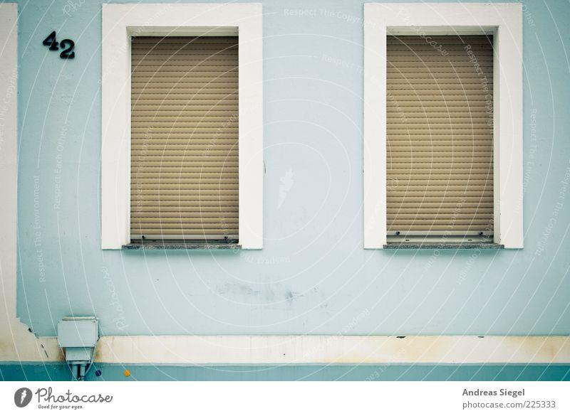 the answer to life, the universe and everything alt blau Haus kalt Fenster Wand Architektur Stein Gebäude Mauer Linie braun 2 geschlossen dreckig Fassade