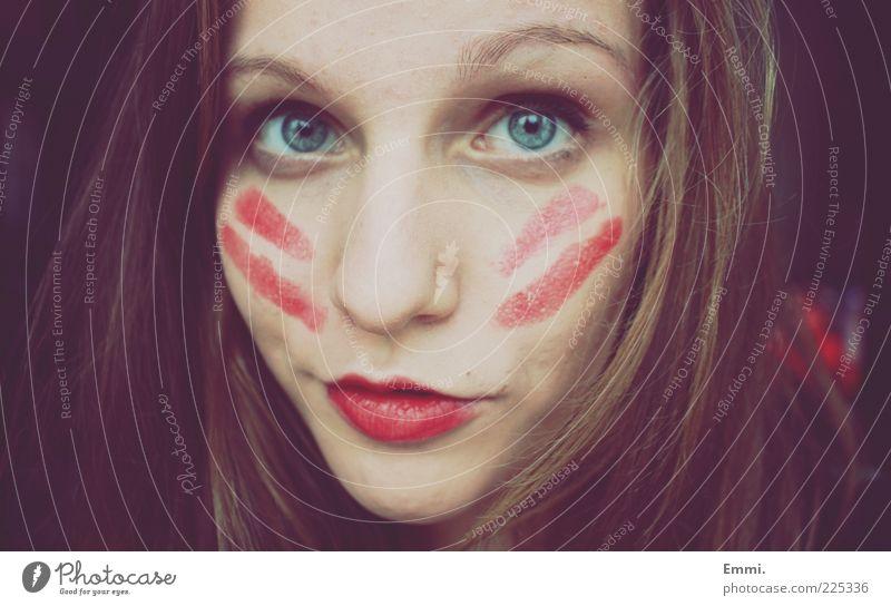 indianerin Jugendliche rot feminin Streifen einzigartig Schminke Junge Frau Porträt Lippenstift Frauengesicht Mensch geschminkt Gesichtsbemalung