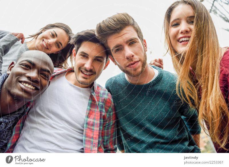 Multirassische Gruppe von Freunden, die in einem Stadtpark Selfie machen. Lifestyle Freude Glück schön Freizeit & Hobby Ferien & Urlaub & Reisen Telefon PDA