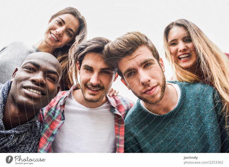 Multirassische Gruppe von Freunden, die Selfie nehmen. Lifestyle Freude Glück Studium Mensch Junge Frau Jugendliche Junger Mann Erwachsene Freundschaft 5