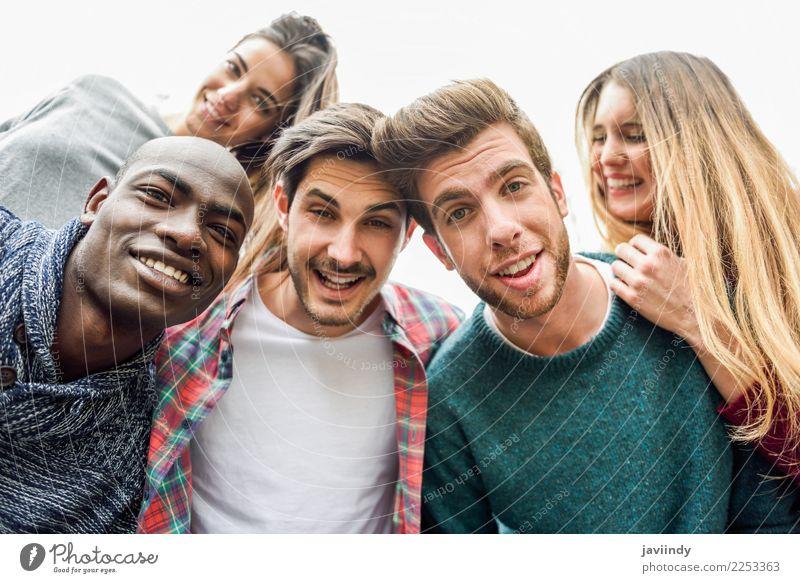 Multirassische Gruppe von Freunden, die Selfie nehmen. Lifestyle Freude Glück schön Freizeit & Hobby Ferien & Urlaub & Reisen Telefon PDA Fotokamera