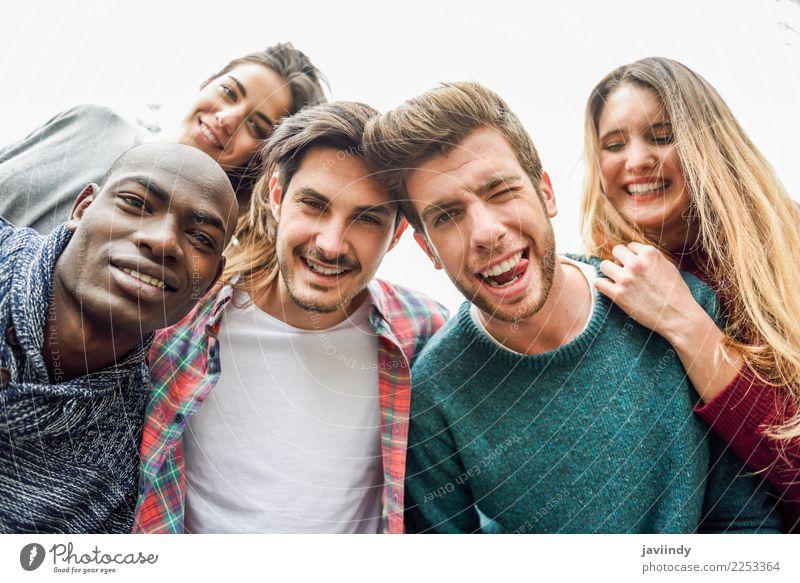 Multirassische Gruppe von Freunden, die Selfie lächelnd nehmen. Lifestyle Freude Freizeit & Hobby Ferien & Urlaub & Reisen Mensch Junge Frau Jugendliche