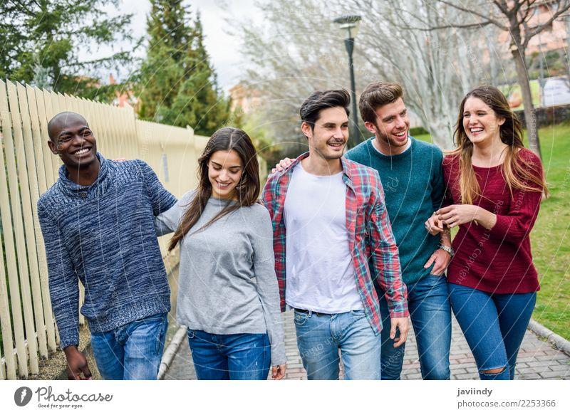 Gruppe multiethnische junge Leute, die zusammen gehen Lifestyle Freude Glück Studium Mensch Junge Frau Jugendliche Junger Mann Erwachsene Freundschaft 5