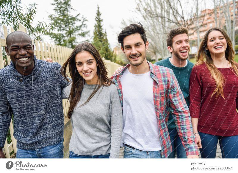 Gruppe multiethnische junge Leute, die zusammen gehen Lifestyle Freude Glück Mensch Junge Frau Jugendliche Junger Mann Erwachsene Freundschaft 5 Menschengruppe