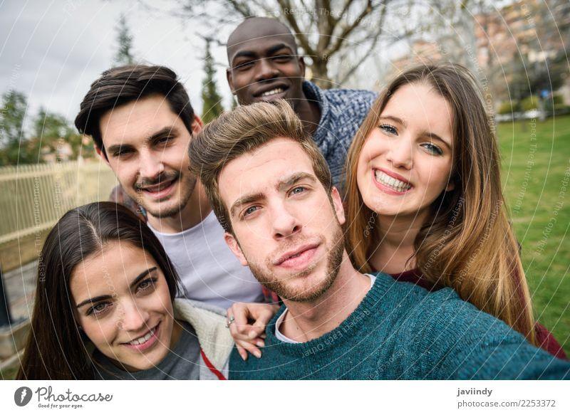 Multirassische Gruppe von Freunden, die zusammen Selfie spielen. Lifestyle Freude Glück schön Freizeit & Hobby Ferien & Urlaub & Reisen Telefon PDA Fotokamera