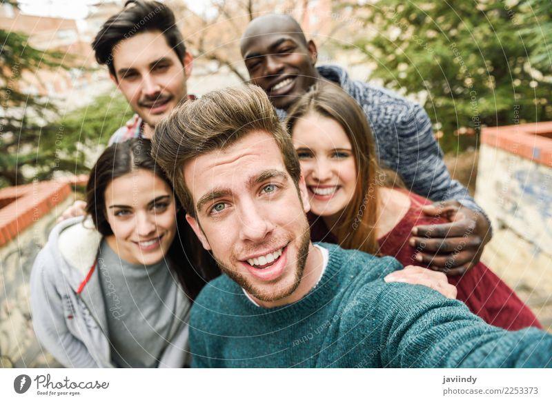 Multirassische Gruppe von Freunden, die zusammen Selfie spielen. Lifestyle Freude Ferien & Urlaub & Reisen Telefon PDA Fotokamera Technik & Technologie Mensch