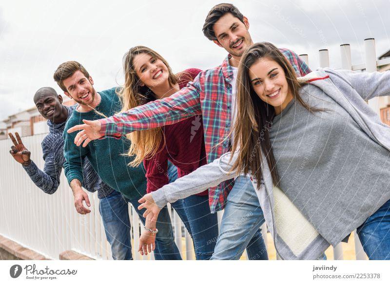 Gruppe multiethnische junge Leute zusammen draußen Lifestyle Freude Glück Studium Mensch Junge Frau Jugendliche Junger Mann Erwachsene Freundschaft 5