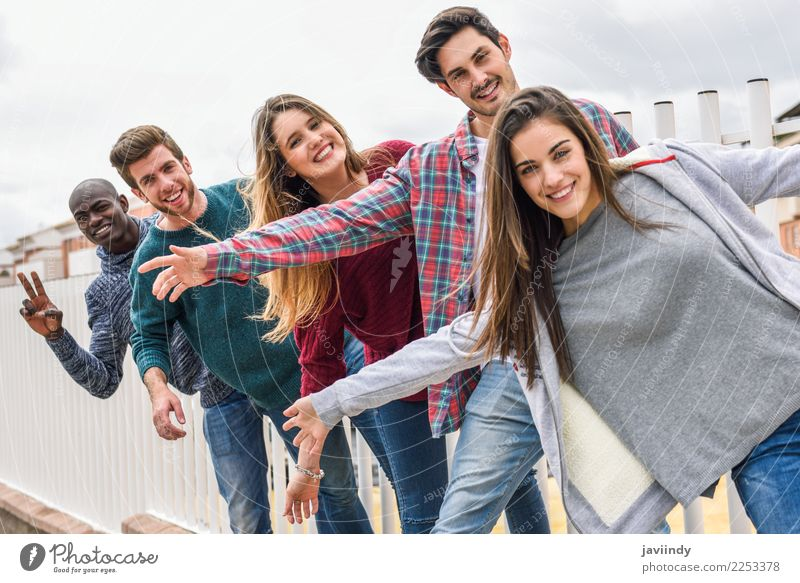 Gruppe multiethnischer Jugendlicher, die im städtischen Hintergrund im Freien zusammen Spaß haben Lifestyle Freude Glück Studium Mensch Junge Frau Junger Mann