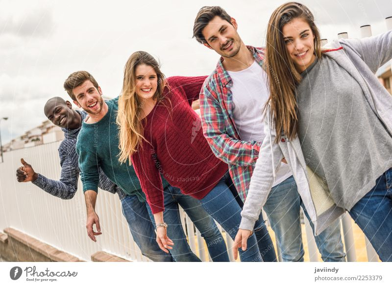 Gruppe multiethnischer Jugendlicher, die im städtischen Hintergrund im Freien zusammen Spaß haben Lifestyle Freude Studium Mensch Junge Frau Junger Mann