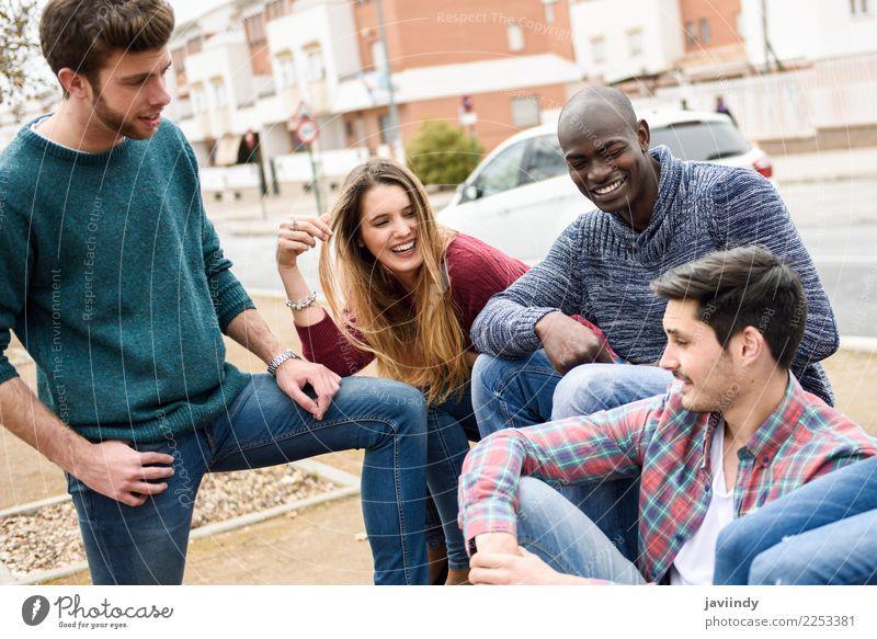 Gruppe multiethnischer Jugendlicher, die im städtischen Hintergrund im Freien zusammen Spaß haben Lifestyle Freude Glück Studium Mensch Junger Mann Frau
