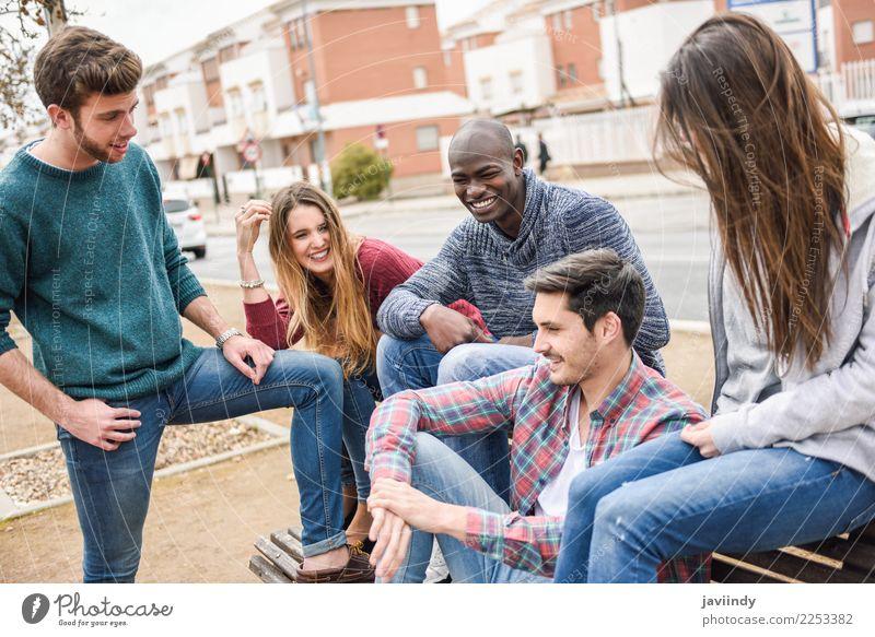 Gruppe multiethnische junge Leute zusammen draußen Lifestyle Freude Mensch Junge Frau Jugendliche Junger Mann Erwachsene Freundschaft 5 Menschengruppe