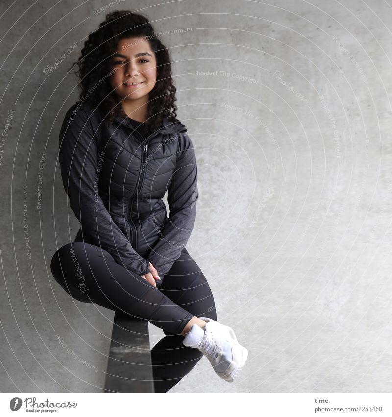 Nikolija Frau Mensch Stadt schön Erholung Erwachsene Leben Wand feminin lachen Zeit Mauer Freizeit & Hobby Zufriedenheit sitzen Lächeln