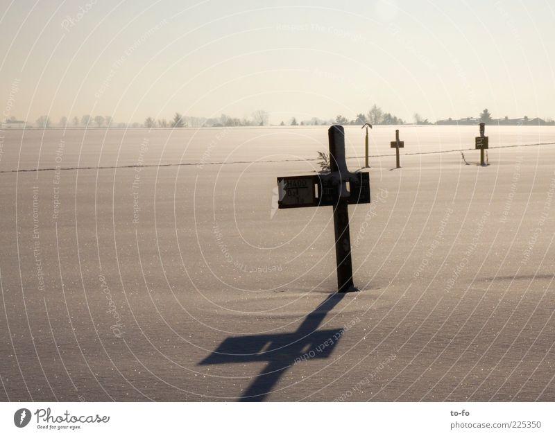 +++ Natur Winter Ferne kalt Schnee Landschaft Umwelt hell Feld Schilder & Markierungen Schönes Wetter Holzpfahl Licht