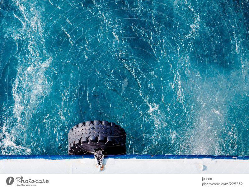 Ersatzreifen Wasser weiß blau schwarz Wellen nass fahren rund Schifffahrt Reifen Fähre Leistung sprudelnd Wasseroberfläche Reling Verkehr