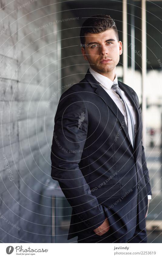 Junger Geschäftsmann nahe einem modernen Bürogebäude schön Haare & Frisuren Beruf Business Mensch maskulin Junger Mann Jugendliche Erwachsene 1 18-30 Jahre