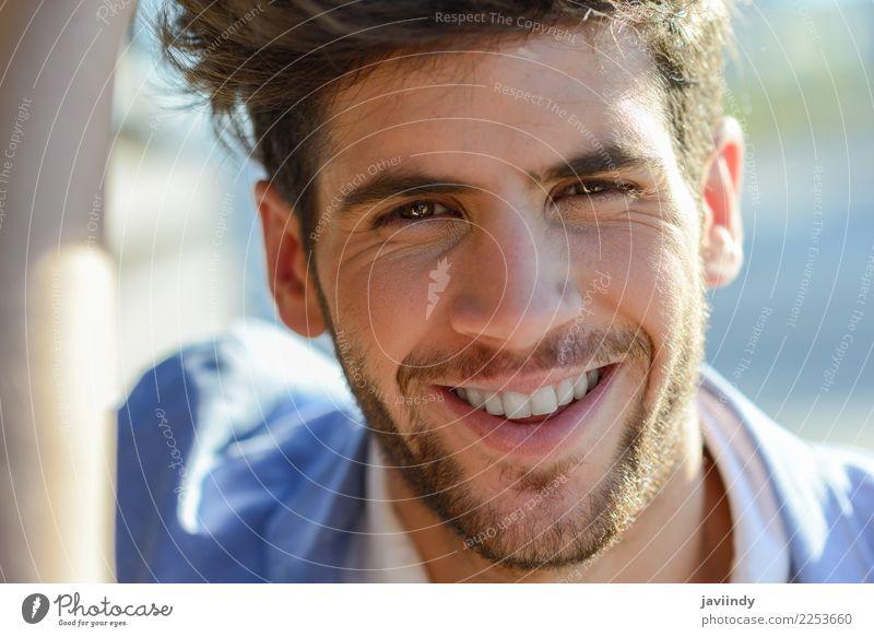 Junger Mann, der im städtischen Hintergrund lächelt Haare & Frisuren Gesicht Sommer Mensch maskulin Jugendliche Erwachsene 1 18-30 Jahre Herbst Mode Jacke