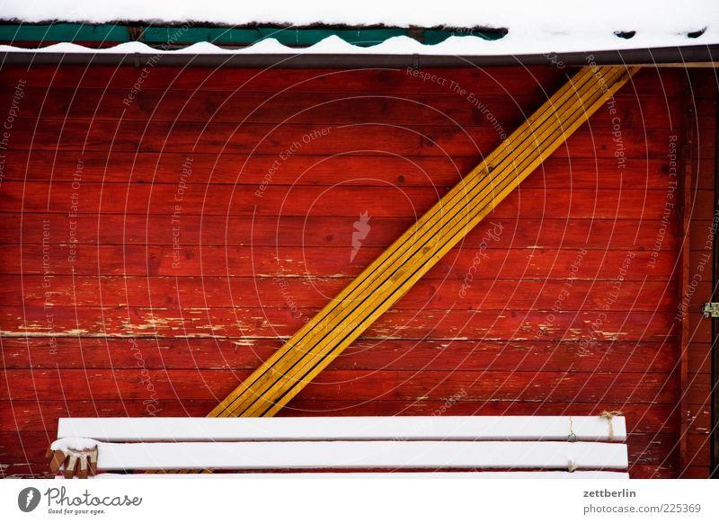 Welcher Buchstabe hat sich in diesem Bild versteckt? Winter Schnee Haus Hütte Gebäude Fassade Stimmung diagonal Holzwand Wellblech Material Farbfoto mehrfarbig