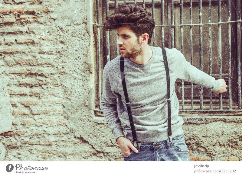 tragende Hosenträger des jungen Mannes im städtischen Hintergrund Lifestyle Stil Haare & Frisuren Sommer Mensch maskulin Junger Mann Jugendliche Erwachsene 1